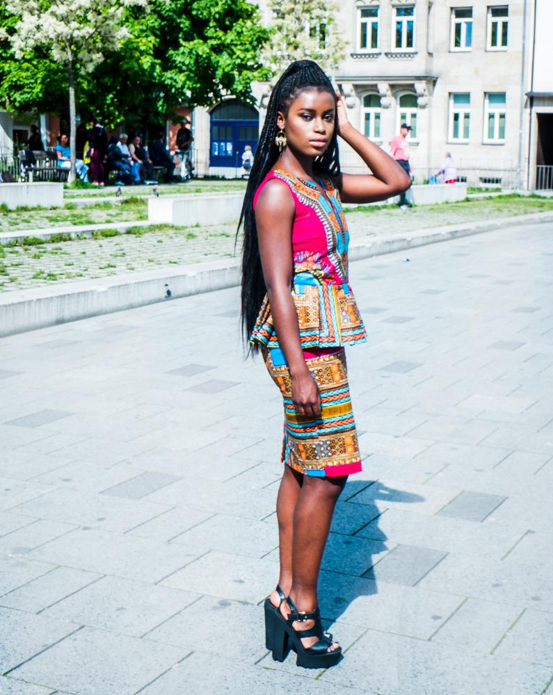 Outfit mit traditionellem Kente Oberteil und Rock