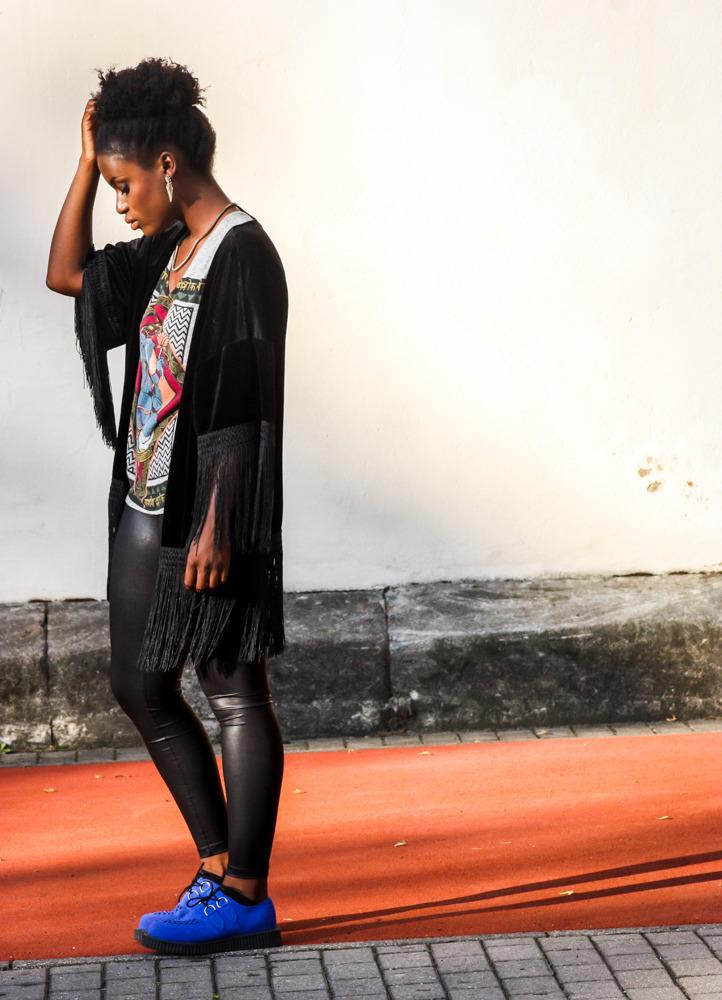 Outfit mit schwarzem Kimono und grauem T-Shirt