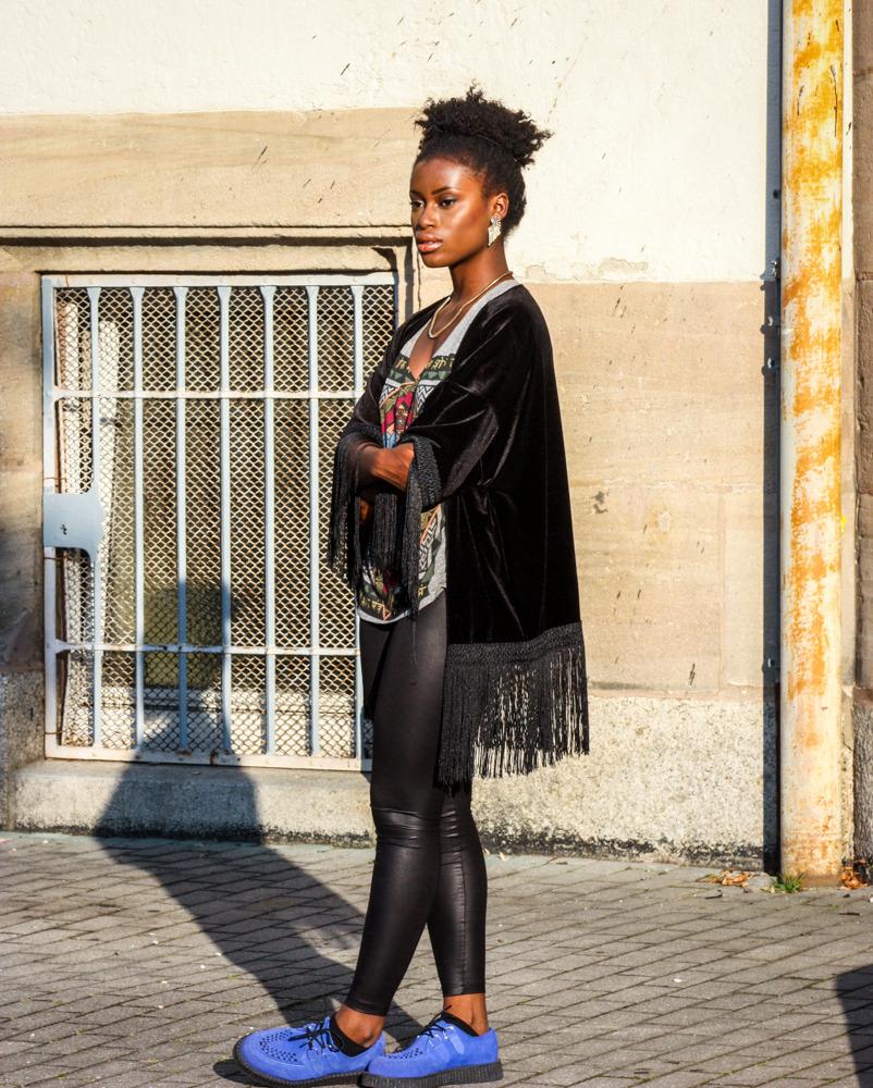 Outfit mit Kimono und T-shirt und schwarzer Leggings