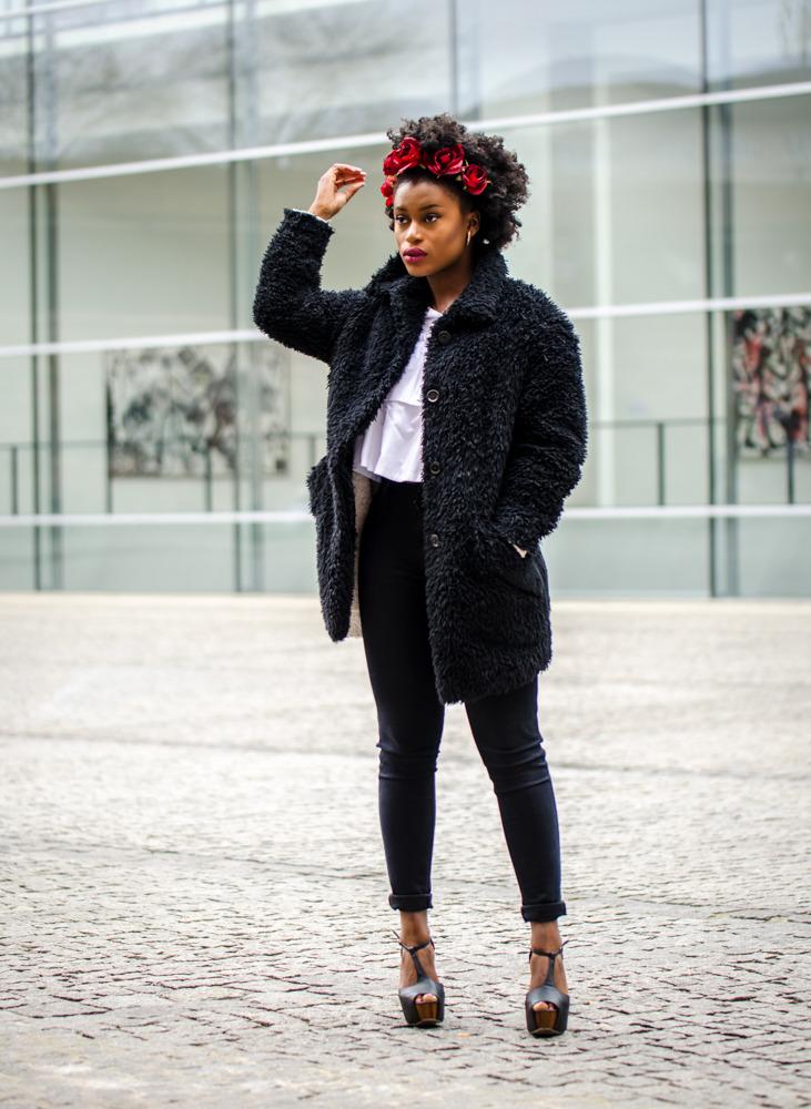 Outfit schwarzer Mantel und blaue Highwaist Jeans