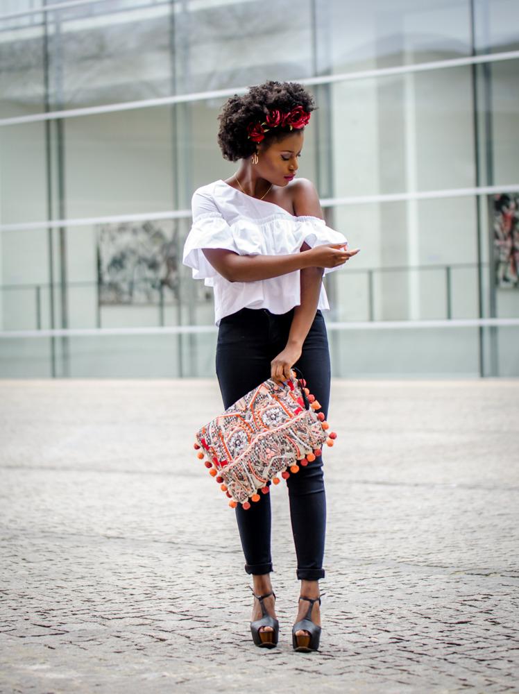 Outfit weißes Oberteil und dunkelblaue Highways Jeans und Clutch