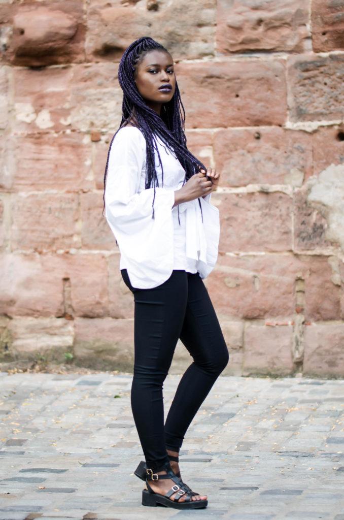 weiße Bluse und schwarze Highwaist Hose