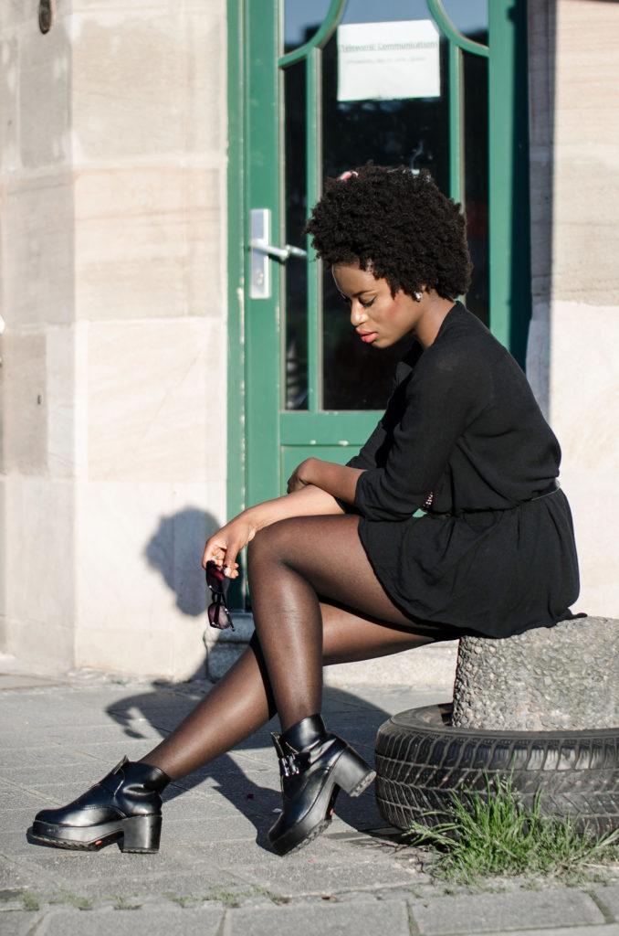 black-dress-black-boots-afro_mini