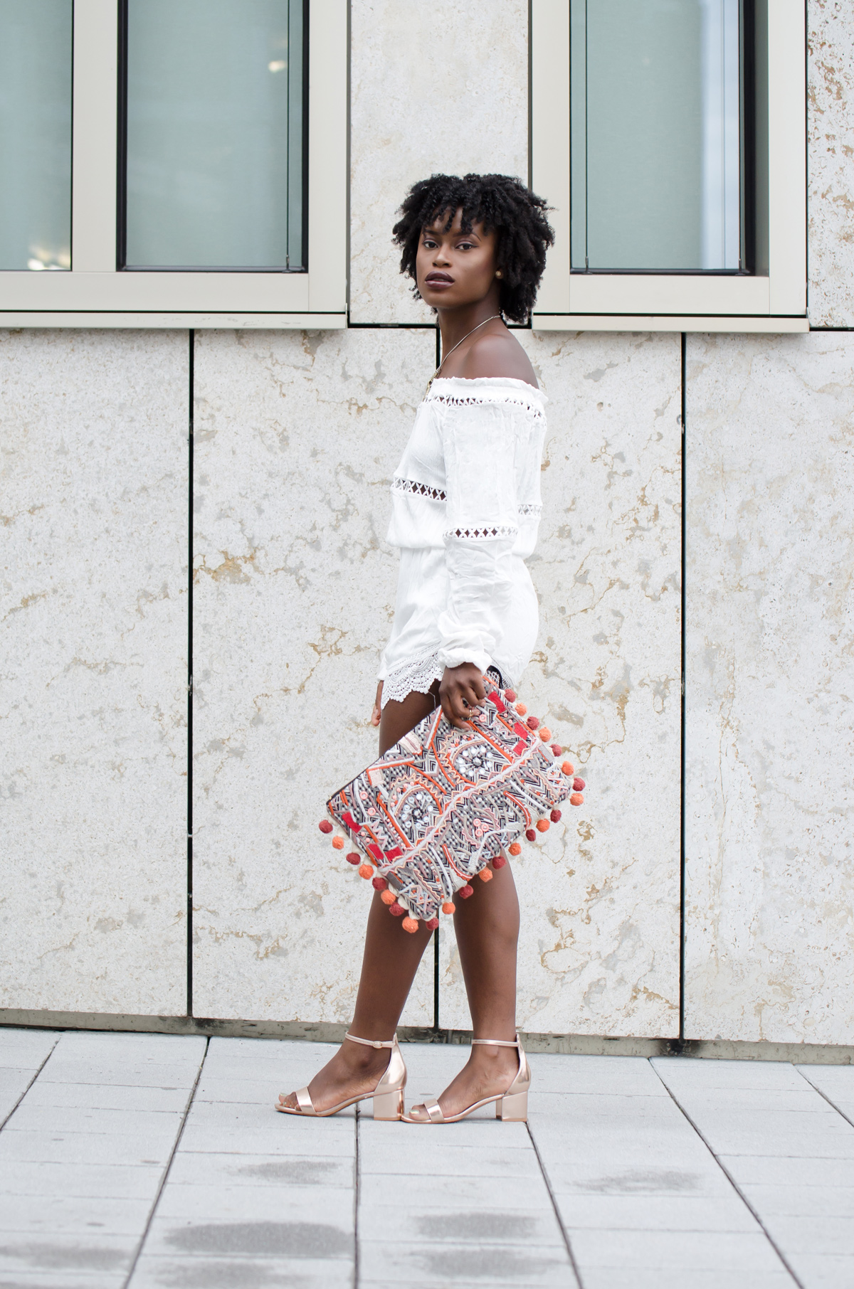 Outfit Jumpsuit mit roségoldene Heels und bunter Clutch