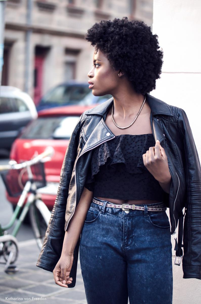 Outfit mit schwarzem Rüschen Top und dunkelblauer Mom Jeans