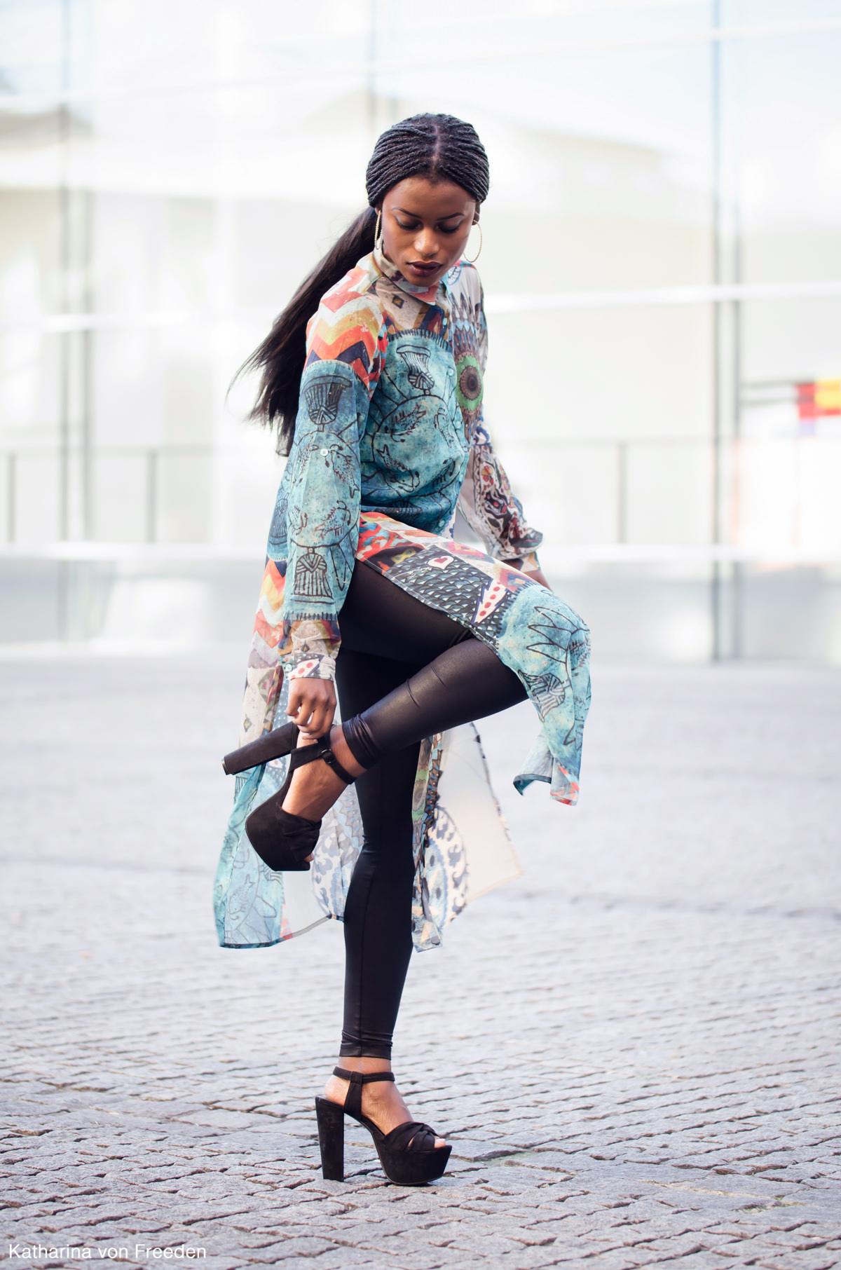 Outfit mit einem Maxi Shirt und Leggings und schwarzen High Heels