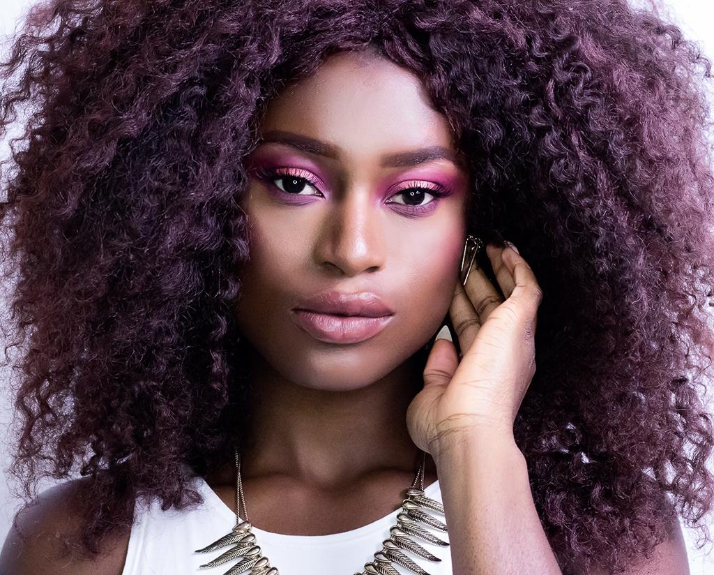 Make Up mit pinkem Lidschatten und nudefarbenem Lipgloss.