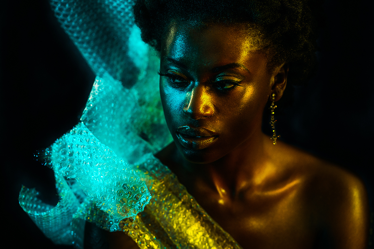 Ama Poku von Phuck it Fashion in einem holographischen Fotoshooting